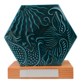 Baldosa Gaudí hexagonal 20 cm en peana madera